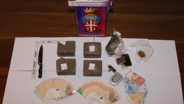 Arrestato incensurato con 4 kg di hashish e 23mila euro