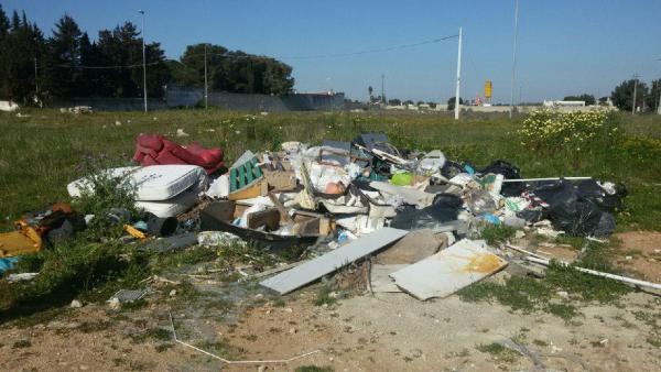 Depositi di rifiuti sul ciglio delle strade vicinali: nuove verifiche e bonifiche